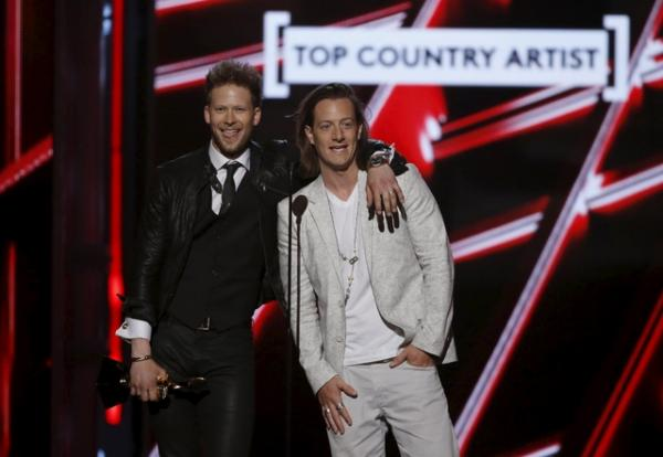 Florida Georgia Line accepts the award for top country artist at the 2015 Billboard Music Awards in Las Vegas, Nevada May 17, 2015.  REUTERS/Mario Anzuoni